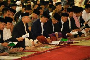 Jokowi, Kalla Perform Eid Fitr Prayers at Istiqlal Mosque