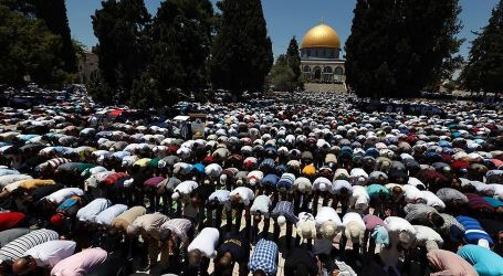 300.000 Muslim Worshipers Perform Friday Prayer at Al-Aqsa Mosque