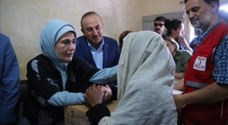 Turkey's First Lady Distributes Aid at Rohingya Camp