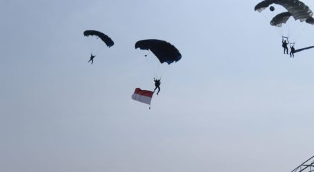 Air Acrobatic and Skydive Enliven Asian Games Torch Relay in Palembang