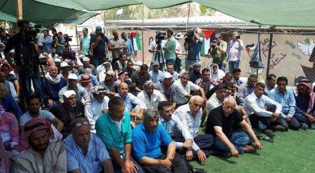 Hundreds of Palestinian Perform Friday Prayers in Khan Al-Ahmar