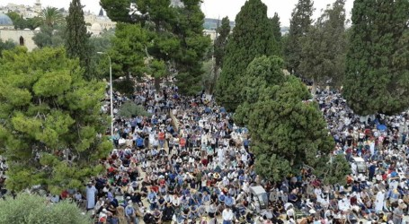 Respond to Jewish Invasion, Palestinians Perform Eid Prayers in Al-Aqsa