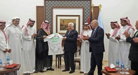 President Abbas Receives Saudi Football Team in Ramallah