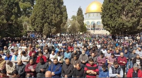 As 40 Thousands of Palestinians Perform Friday Prayer at Al-Aqsa Mosque