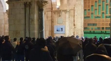 Hundreds of Palestinian Perform Fajr Prayer in Courtyard of Al-Aqsa
