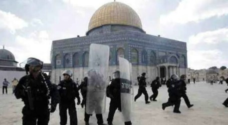 Three Citizens from Inside Al-Aqsa Mosque Arrested by Israeli Forces