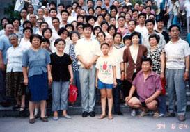 李洪志师父与参加济南讲法的学员合影(第二排右三,着咖啡色上衣者为何来琴女士)