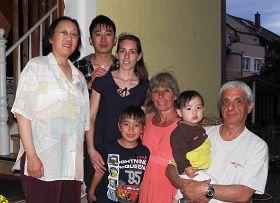 图片说明:中国小伙子陈源(左二)和妻子卡罗琳娜(左三)、儿子约纳斯(左四)、女儿露西亚(右二)、岳父胡伯特(右一)、岳母埃迪特(右三)以及自己的母亲徐幼林(左一)在德国海德堡的家门口合影。