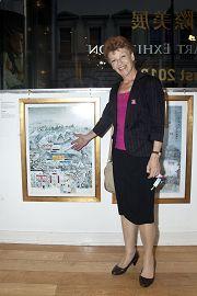 格丽•克兰菲尔德议员在她非常喜爱的画作前留影
