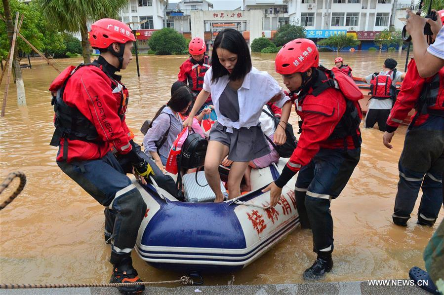 Rescuers transfer trapped students in flood-hit Guilin