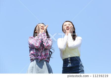 藍天和兩個女人-照片素材(圖片) [11239219] - PIXTA圖庫