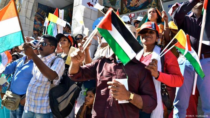 People welcomed Pope Francis to the West Bank with flags from a variety of countries (photo: DW/K. Shutleworth)