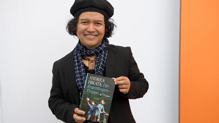 "The Indonesian writer Andrea Hirata poses with the German translation of his book ""The Rainbow Troops"" (photo: picture-alliance/dpa)"