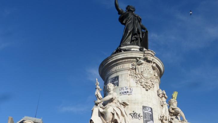 """Statue of Marianne, the symbol of France, with """"Je suis Charlie"""" graffiti (photo: DW/E. Bryant)"""