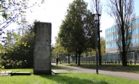"<h5>The Berlin Wall in Munich</h5><p>Details, Copyright:  <a href=""http://en.the-wall-net.org/?p=216"">Munich, Bavaria</a> / more <a href=""http://en.the-wall-net.org/category/the-berlin-wall/d/"" >sites in Germany</a></p>"
