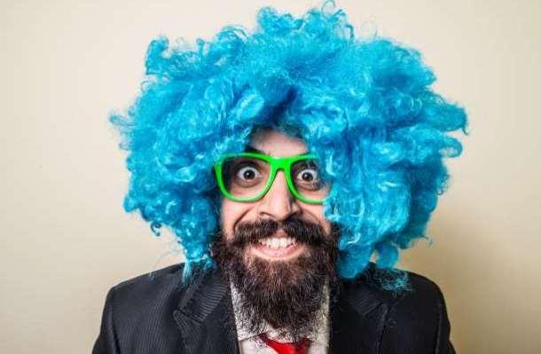 τρελός γελοίος άντρας αστείος με περούκα και γυαλιά καρναβάλι απόκριες