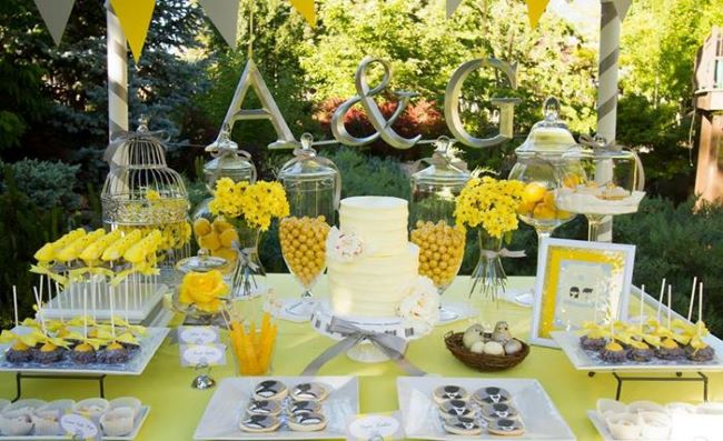 candy bar decorado de gris y amarillo