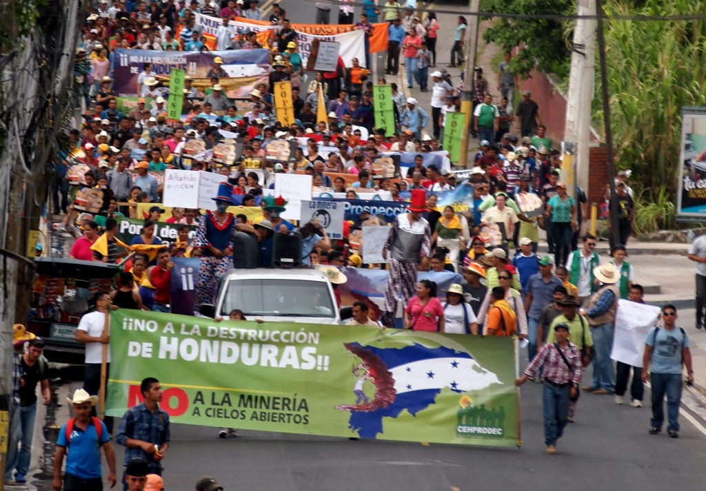 "The anti-mining march flows from the hunger strikers protesting the corruption in Honduras, towards the site of the ""First International Mining Congress"""