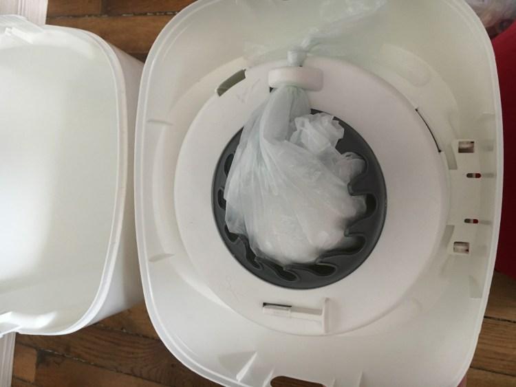 système de la poubelle à couche sangenic, comment changer la poubelle à couches