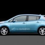 Imagen lateral del Nissan Leaf, sobre fondo negro