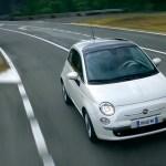 Imagen del Fiat 500 eléctrico de color blanco, circulando por carretera