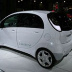 Imagen posterior de el Mitsubishi i-Miev,de color blanco, en exposición.