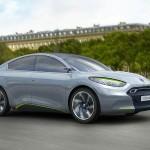 Reproducción por ordenador del Renault Fluence Zero Emission Concept, circulando por una calle
