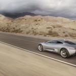 el Jaguar C-X75 circulando por una carretera, en dirección a una tormenta