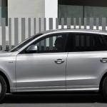 El Audi Q5 Hybrid quattro, aparcado en una calle, imágen lateral