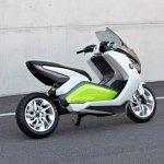 imagen lateral del scooter eléctrico de BMW, la E Scooter Concept, con su basculante monobrazo, caracteristico de BMW.