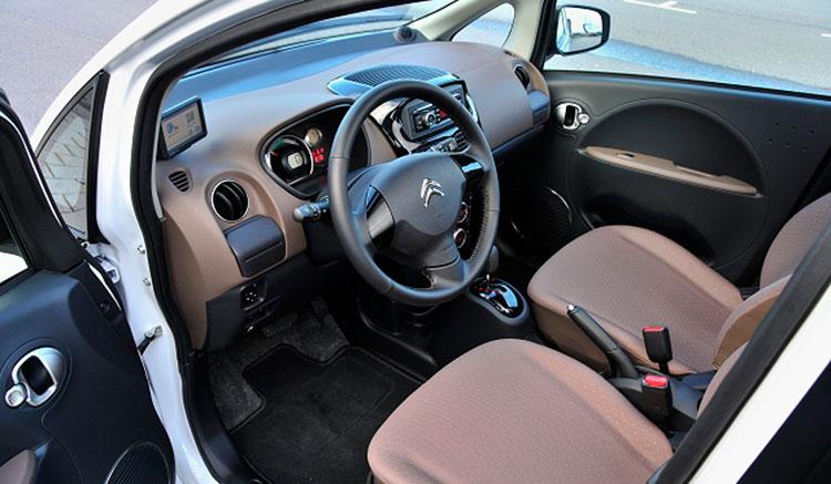 Imagen donde podemos apreciar el aspecto de los interiores del Citroën C-Zero, viendo el volante, tapicerías y tapizado de los asientos.