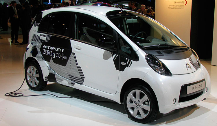 Imagen donde vemos el coche eléctrico Citroën C-Zero recargando sus baterías mediante la toma trasera.