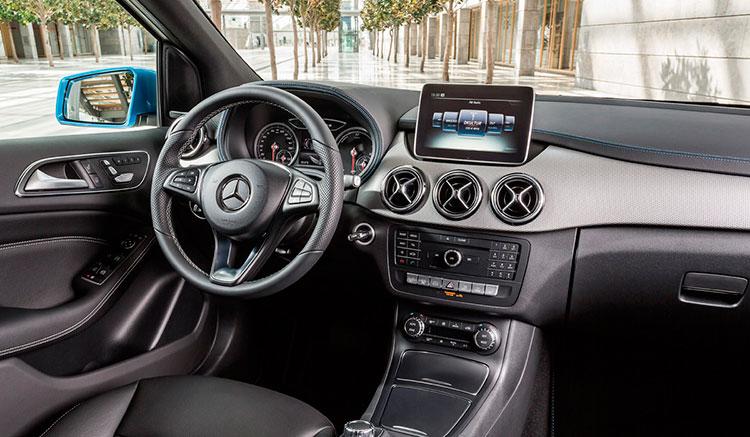 Imagen donde podemos todo el panel de mandos, volante y tapicería del interior del Mercedes Clase B Electric Drive.