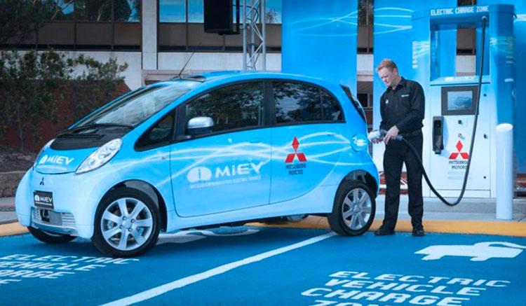 Imagen donde vemos un Mitsubishi i-MiEV recargando sus baterías en una estación de recarga de vehículos eléctricos.