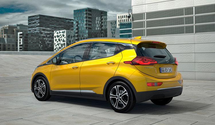 Imagen donde podemos ver un renderizado del Opel Ampera-e estacionado en medio de la ciudad.