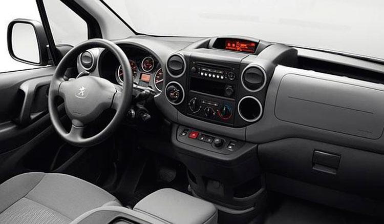 Imagen donde podemos ver el diseño y accesorios del interior del habitáculo de la Peugeot Partner Electric.