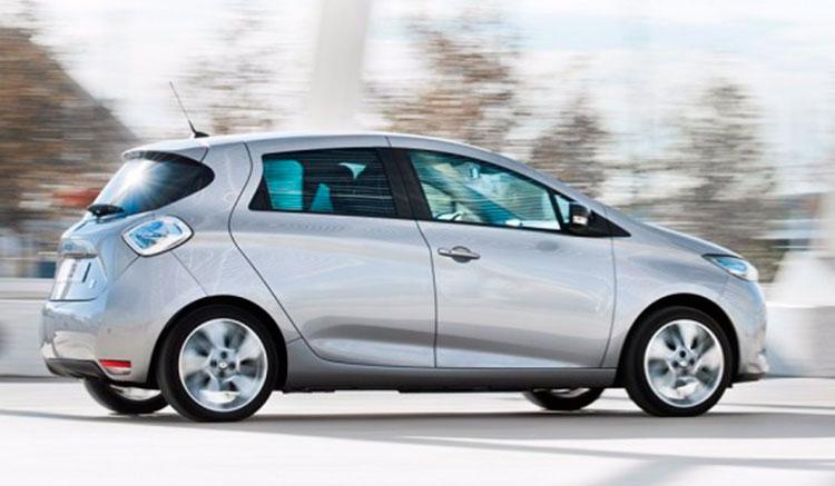 Imagen donde vemos la versión actual del Renault Zoe circulando por carretera.