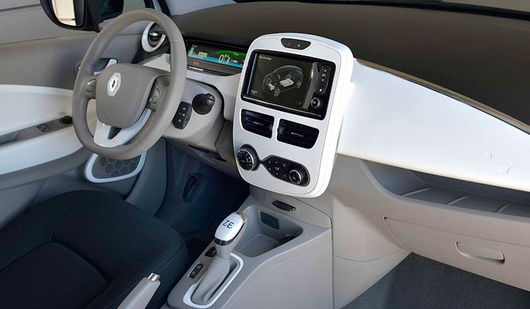 imagen del interior de un Renault Zoe, donde vemos el panel de mandos, tapicería y molduras interiores.