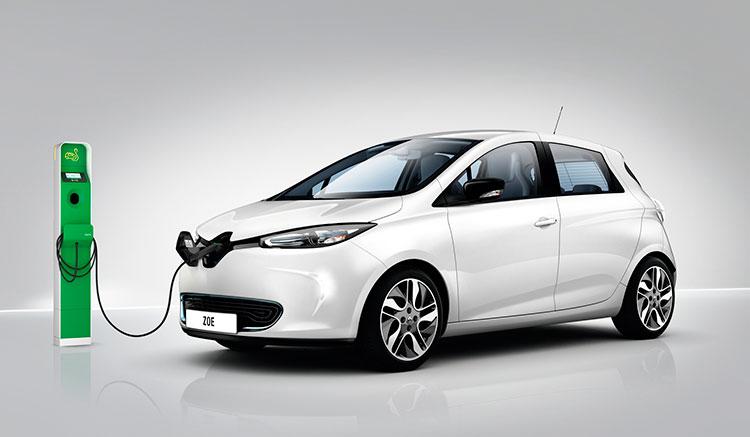 imagen donde vemos un Renault Zoe cargando sus baterías, desde el frontal, en una estación de recarga.