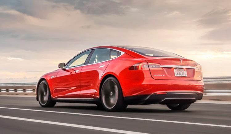 Imagen donde podemos ver el los pilotos traseros y el diseño de la zona trasera del Tesla Model S.