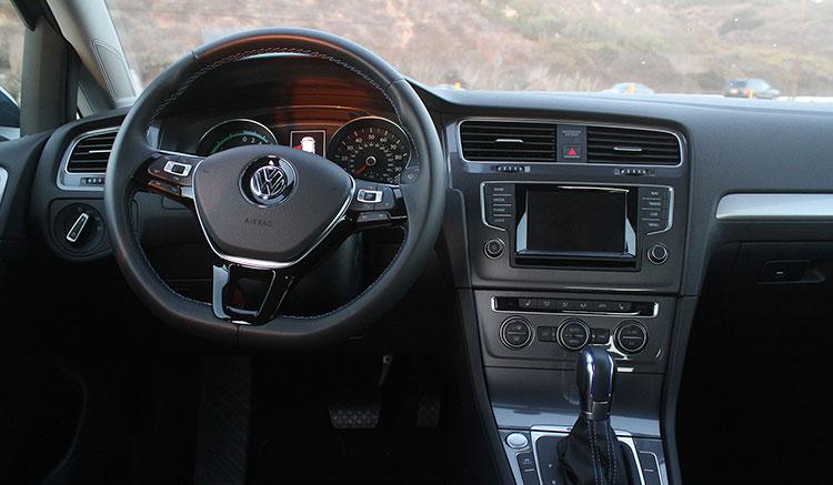 Imagen donde podemos apreciar el diseño y disposición de los elementos del interior del habitáculo del Volkswagen e-Golf.