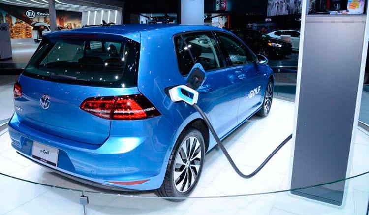 Imagen donde vemos un Volkswagen e-Golf recargando las baterías en una exposición.