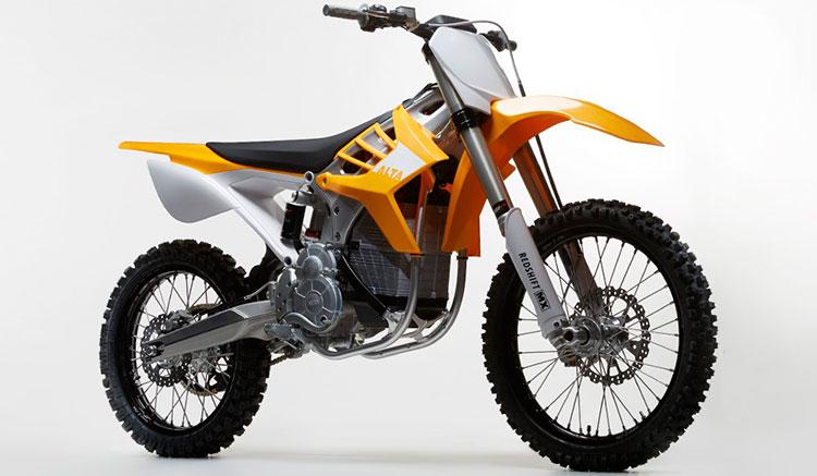 Imagen en diagonal donde apreciamos el diseño de la zona frontal y lateral de la moto eléctrica de motocross Alta RedShift MX.