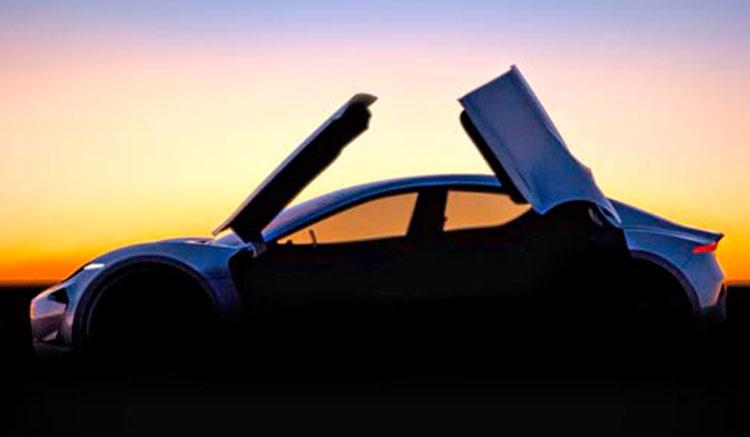 Imagen donde podemos ver el lateral del coche eléctrico que está preparando Fisker, con puertas tipo alas de gaviota.