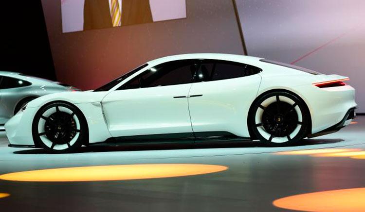 Imagen lateral del Porsche Mission E que ha sido presentado, con nuevos detalles, en el Salón de París 2016.