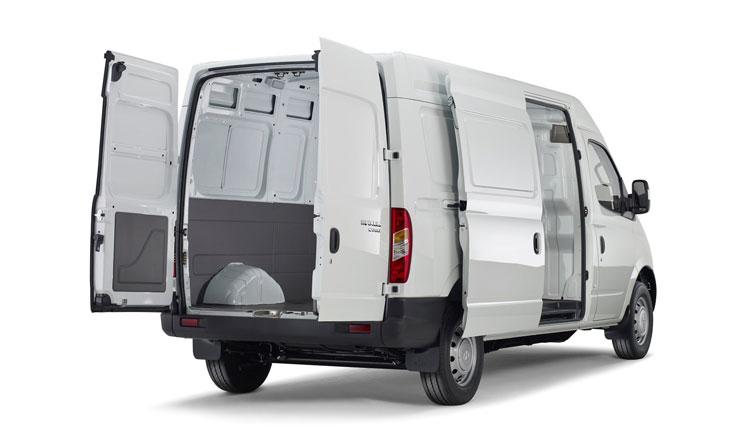 Vista trasera de la furgoneta eléctrica Maxus EV80, con las puertas del compartimento de carga abiertas.