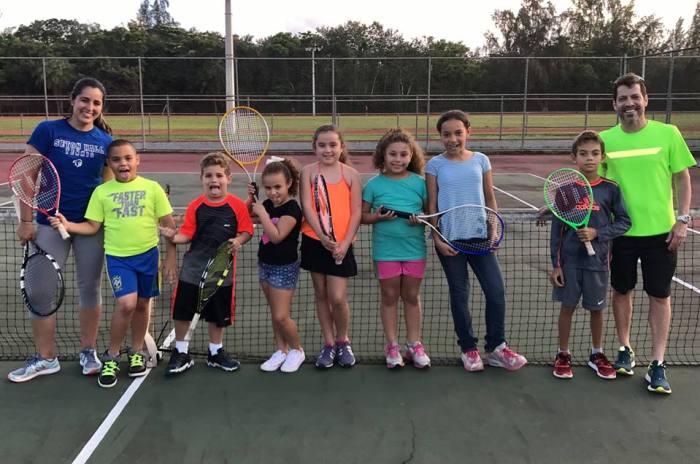 sfdvb-harry-pino-rocio-portela-y-practicas-de-tenis-a-los-ninos