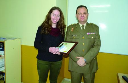 A alumna Sara Moure recibiu o seu diploma de mans do Teniente Coronel Luis Gallego, que se desprazou ata Monforte para a entrega deste recoñecemento.  (Foto cedida).