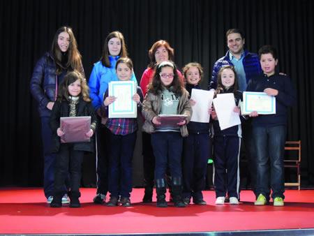 Foto de familia dos premiados no Certame de Poesía Infantil Nadal 2013 de Sarria, acompañados pola responsable da Biblioteca Municipal e o concelleiro de Cultura, Francisco Pérez. (Foto cedida).