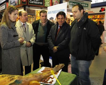 Un momento da presentación da VI Festa do Cocido do Porco Celta de Sarria, celebrada no Mercado de Abastos de Lugo, coa presencia da vicepresidenta segunda da Deputación, Lara Méndez, e representantes da hostelería local e de Asoporcel. GPDL.